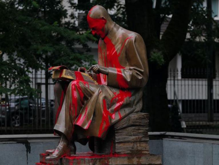 Statua di Montanelli, collettivi studenteschi rivendicano l'imbrattamento. Ecco il video dell'azione