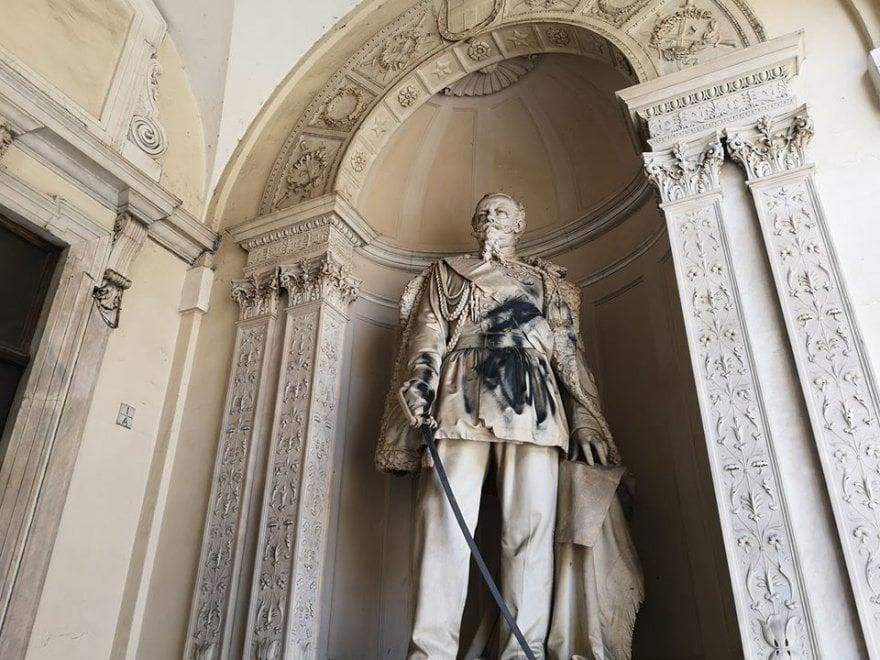 Torino, il monumento a Vittorio Emanuele II a Palazzo di Città imbrattato