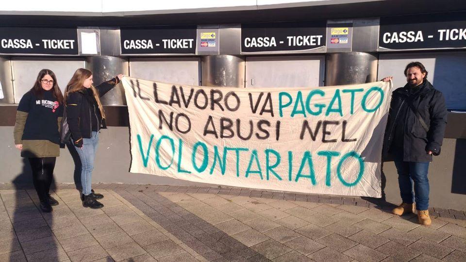 Padova, attivisti beni culturali espongono striscione contro gli abusi del volontariato: bloccati e identificati