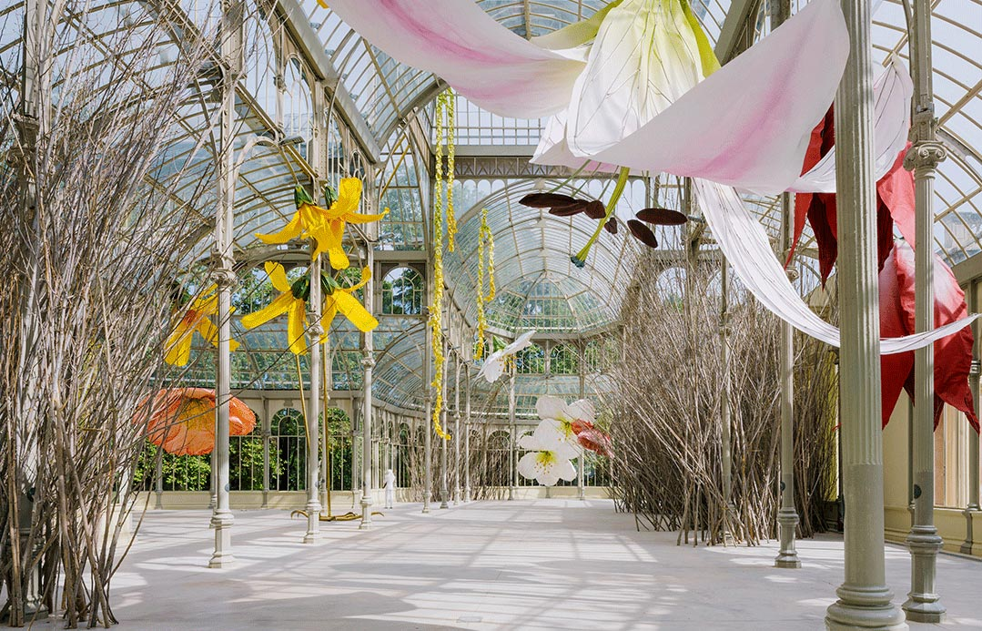 Madrid, il Palacio del Cristal diventa uno spettacolare nido: è opera di Petrit Halilaj