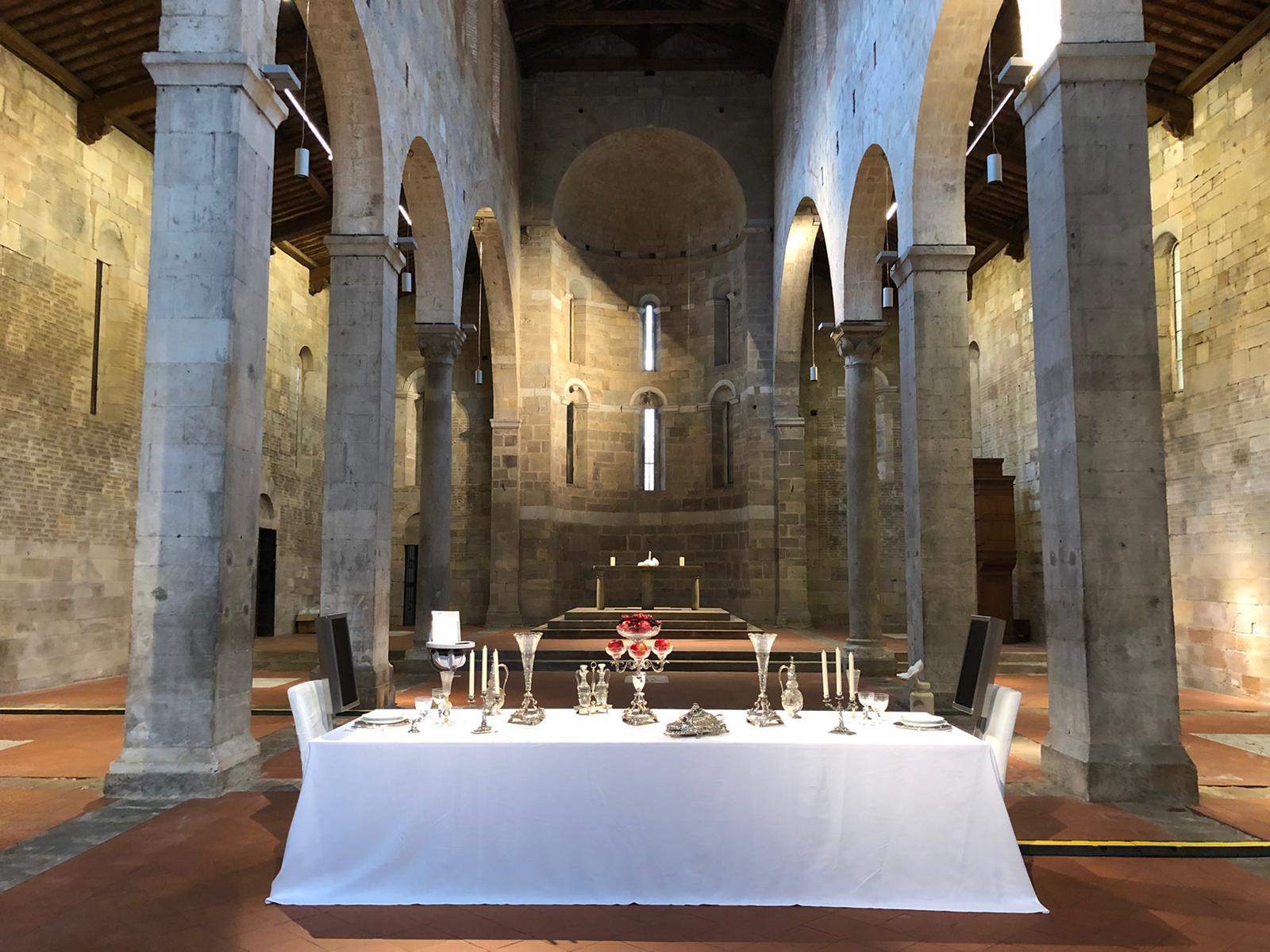 Una cena dentro una chiesa di Lucca. È l'opera di Rachel Lee Hovnanian contro le derive tecnologiche
