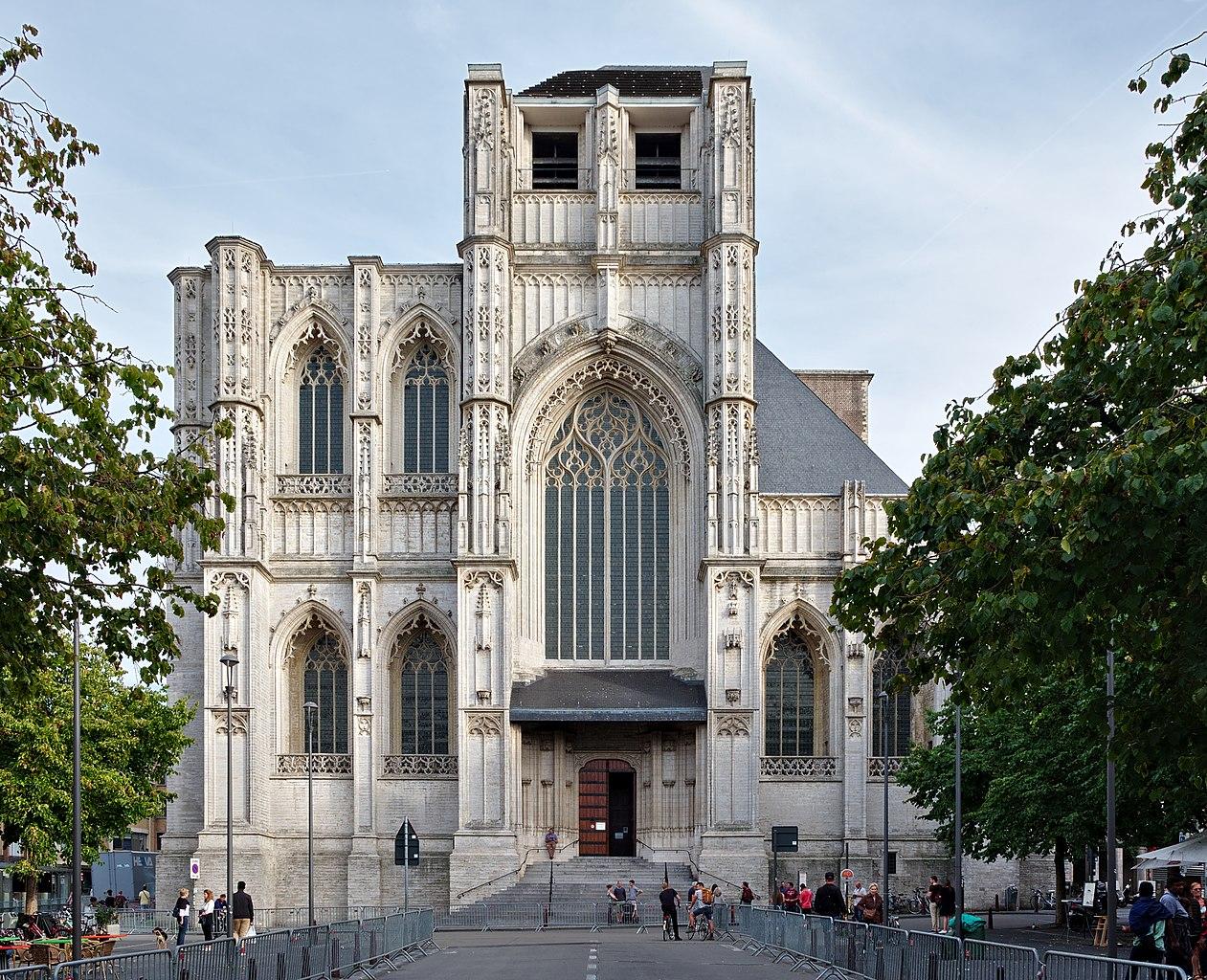 La facciata incompiuta della chiesa di San Pietro a Lovanio