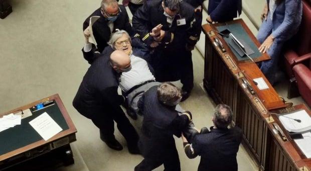 Bagarre alla Camera, Sgarbi espulso e trascinato via di peso dai commessi