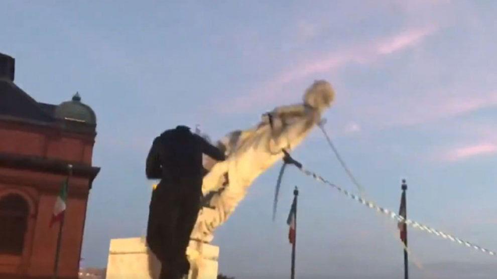 Baltimora, rimossa con funi e gettata in mare la statua di Cristoforo Colombo