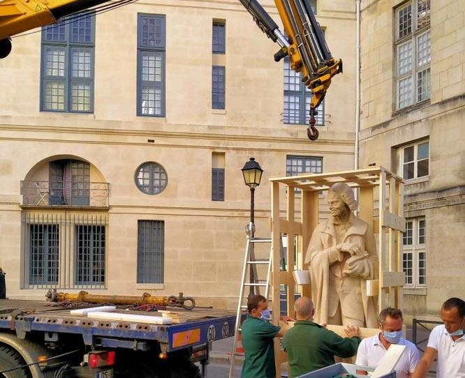 Francia, polemica sulla rimozione di una statua di Voltaire da rue de Seine a Parigi