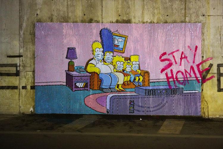 State a casa. E la famiglia Simpson dà il buon esempio a Pompei