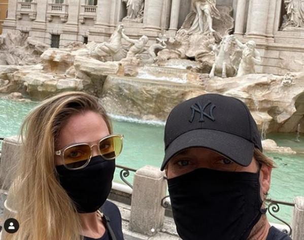 Con le mascherine Totti corona il suo sogno: una gita tranquilla in centro a Roma. Ecco le foto