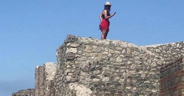 Pompei, sale sul tetto delle Terme centrali per scattarsi un selfie. Aperta inchiesta dalla Soprintendenza