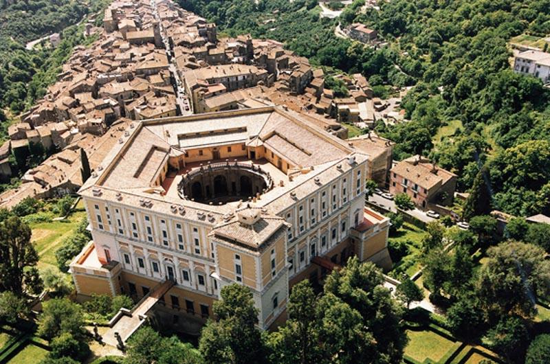Veduta di Caprarola con, in primo piano, la mle di Palazzo Farnese