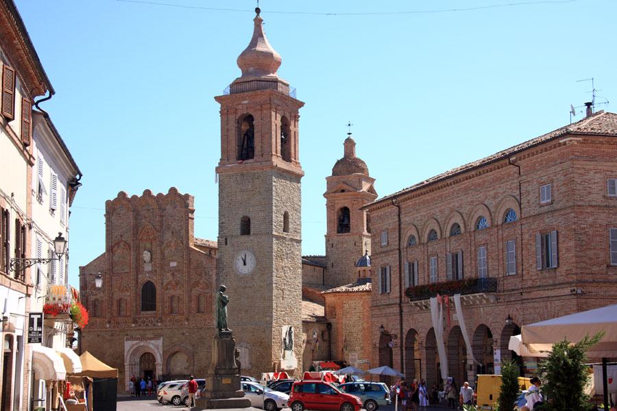 San Ginesio, piazza Gentili. Ph. Credit Alessandro Vecchi
