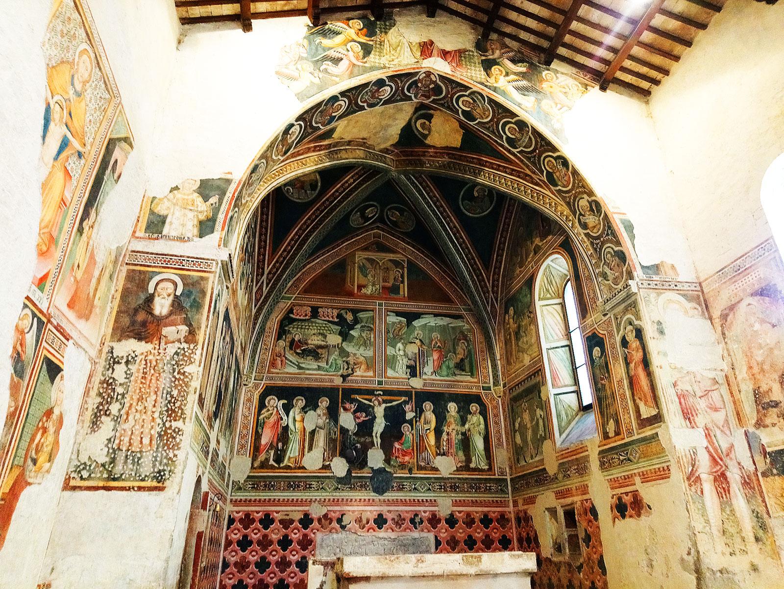Affreschi nella chiesa di Santa Maria Assunta a Vallo di Nera. Ph. Credit Finestre sull'Arte