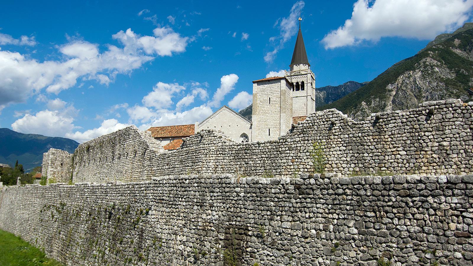 Le mura di Venzone e il Duomo