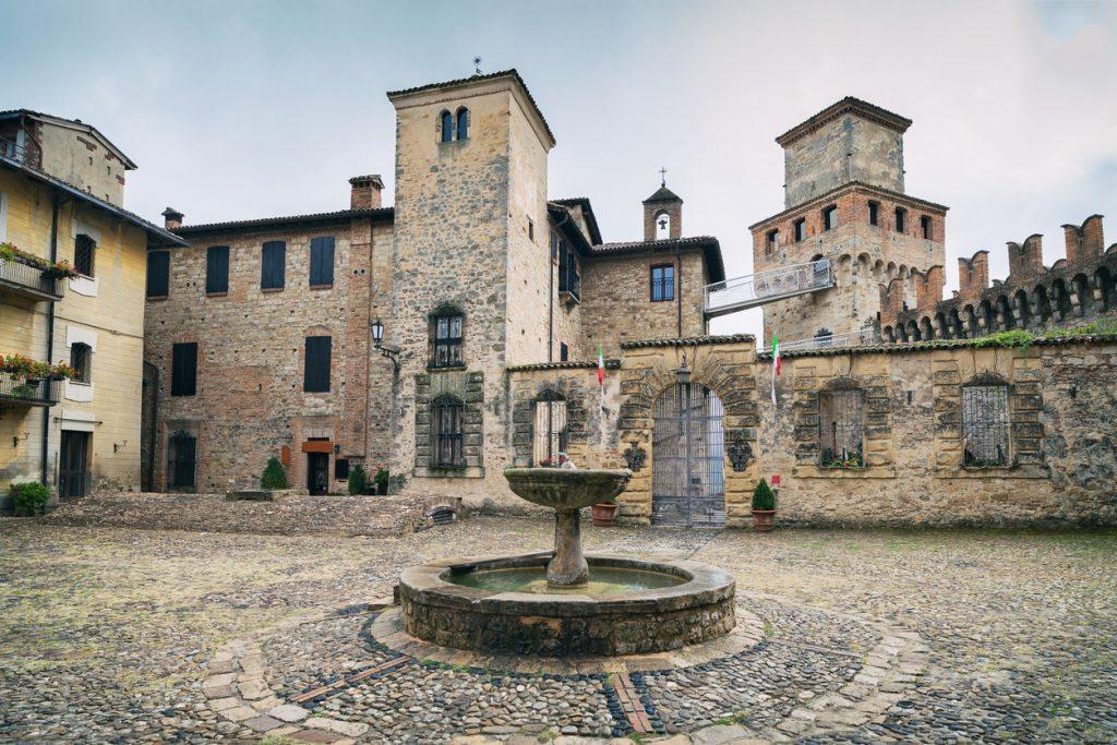 La piazza e la fontana di Vigoleno