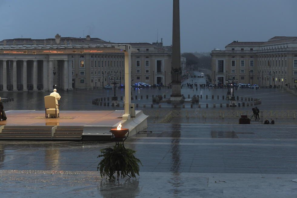 Papa Francesco durante la benedizione Urbi et Orbi del 27 marzo nella piazza San Pietro deserta