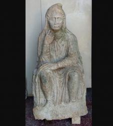 Venezia, ritrovata in campagna una statua romana intera. Era parte di un monumento funebre