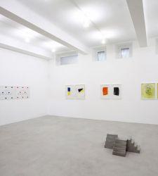 Milano, alla gallerie A arte Invernizzi una mostra con collage, opere su carta e piccoli formati