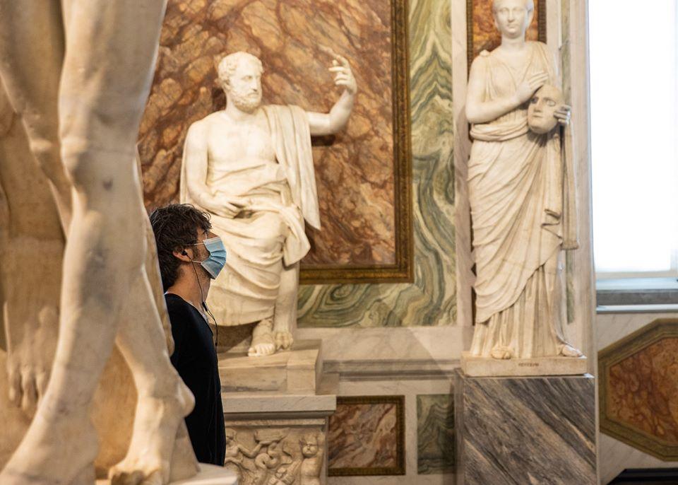 Visitatore alla Galleria Borghese il giorno della riapertura