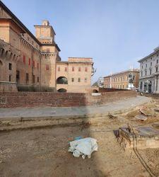 Ferrara, davanti al Castello Estense riemergono tratti delle mura medievali
