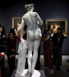 La donna? Quasi assente dalla statuaria pubblica. A Milano una mostra su donne e scultura