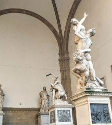 Firenze, intervento annuale di pulitura sulle statue della Loggia dei Lanzi