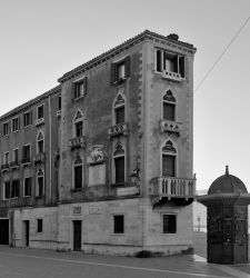 Dopo sei mesi di lavori, Palazzo Grassi riapre con una mostra su Venezia in bianco e nero
