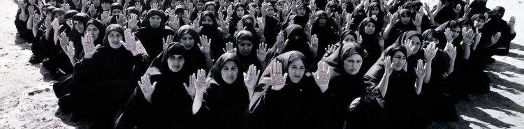 Shirin Neshat, l'arte come denuncia. Storia di un'artista coraggiosa