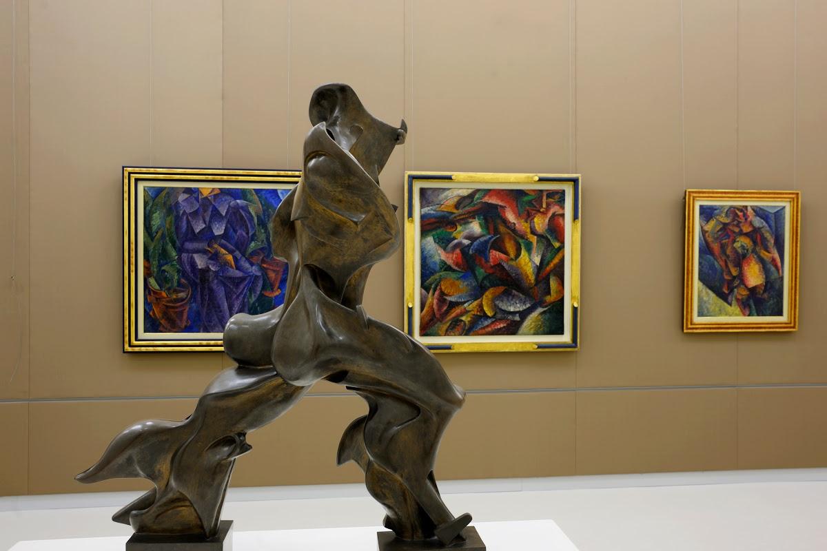 Umberto Boccioni, Forme uniche della continuità nello spazio (1913, fusione in bronzo del 1931; bronzo, altezza 126,4 cm; Milano, Museo del Novecento)