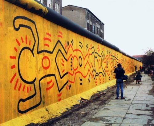 L'opera di Keith Haring sul muro di Berlino